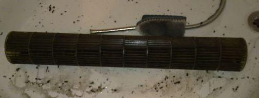 A ventilátort nagy nyomású vízsugárral tisztítom